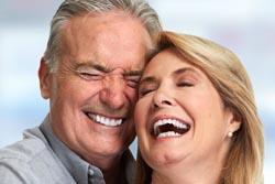 公的医療保険の前歯と自由診療のセラミックの違い